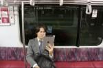 La ce se uita lumea pe iPad în metrou:)))